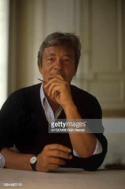 Paris France Octobre 1987 Le dessinateur humoristique JeanJacques SEMPE dans son atelier de la place Saint Sulpice Portrait en buste de face Il est...