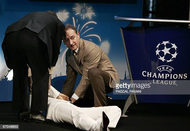 Paris' Mayor Bertrand Delanoe helps French TV host Carole Rousseau who fainted 10 March 2006 at Paris City hall during the draw of the quarterfinals...