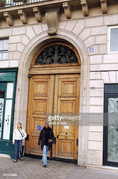 Plain clothes policemen stand 14 May 2007 at the entrance of the building near the Seine river in Paris where French president Jacques Chirac and his...