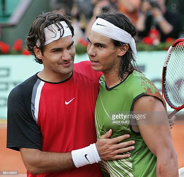 POUR ILLUSTRER LES PAPIERS DE FIN D'ANNEE 'LA RAZZIA DE FEDERER ET NADAL' Picture taken 03 June 2005 in Paris of Swiss Roger Federer congratulating...