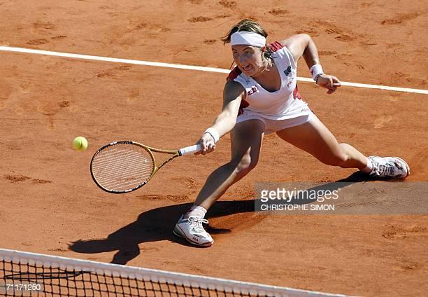 Russian Svetlana Kuznetsova hits a return to Belgian Justine HeninHardenne during the French tennis Open final at Roland Garros in Paris 10 June 2006...
