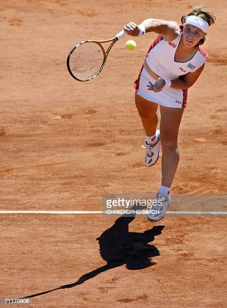 Russian Svetlana Kuznetsova serves to Belgian Justine HeninHardenne during the French tennis Open finals at Roland Garros in Paris 10 June 2006 AFP...
