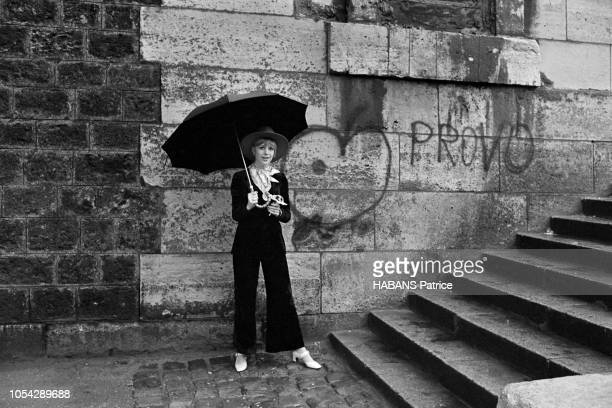 Paris France septembre 1967 La chanteuse britannique Marianne FAITHFULL à Paris Ici s'abritant sous un parapluie en bas des marches d'un escaliers...