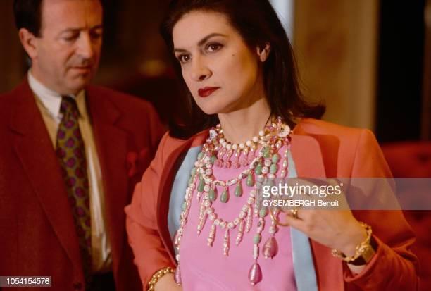 Paris France Septembre 1991 Paloma PICASSO chez YSL pour une séance d'essayage Ici de 3/4 face en plan rapproché elle essaye une veste saumon foncé...