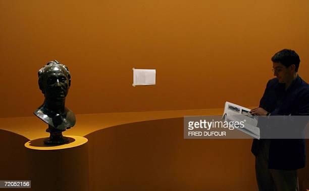 TO GO WITH AFP STORY IN FRENCH L'art du portrait au Grand Palais ou le droit a l'image pour presque tous A man looks 28 September 2006 at a bust of...