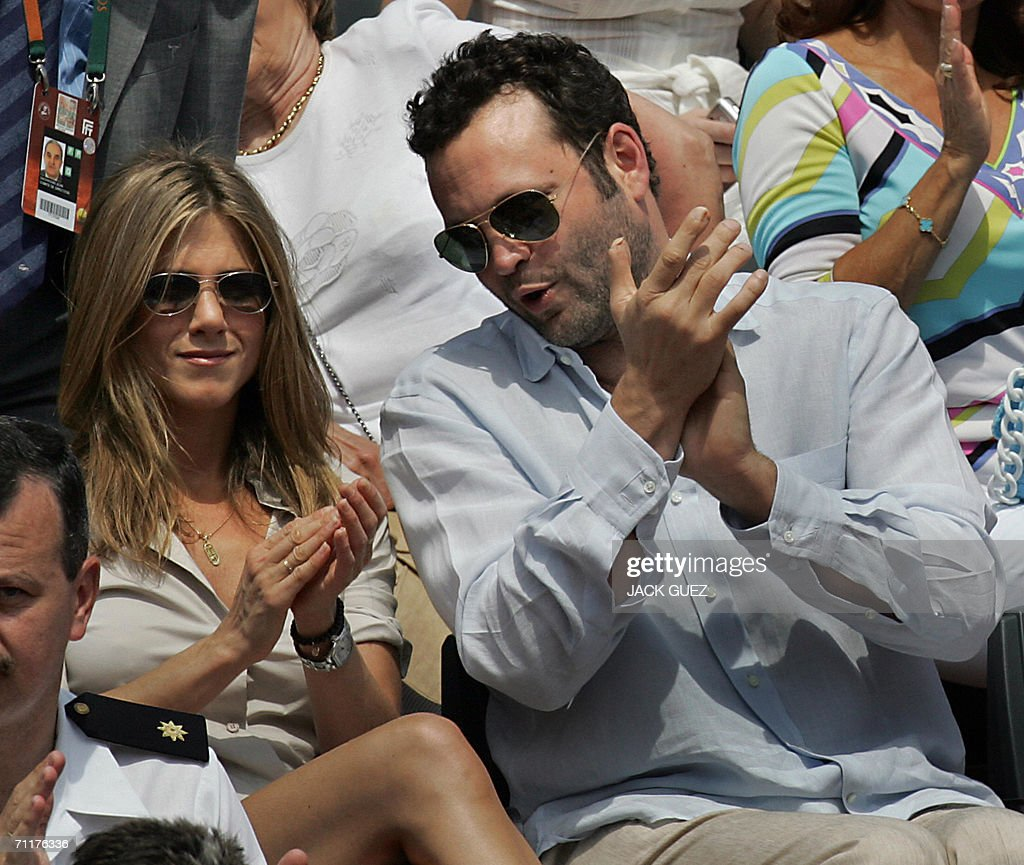 US actress Jennifer Aniston and US actor Vince Vaughan applaud during the match opposing Spain's Rafael Nadal to Swiss Roger Federer during the French tennis Open finals at Roland Garros in Paris 11 June 2006.