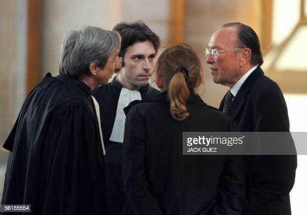 US business lawyer William Lee of Taiwanese origin talks with his lawyers in Paris tribunal 14 November 2005 before the beginning of the trial of...