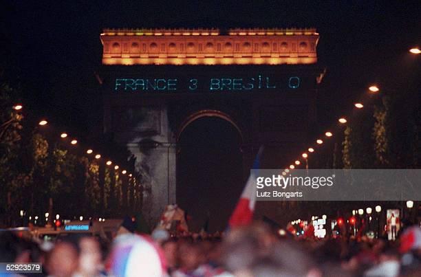 Paris FRANKREICH FUSSBALLWELTMEISTER 1998 Fans nach dem Finale auf den Champs Elysee/LAURENT BLANC auf dem Triumphbogen