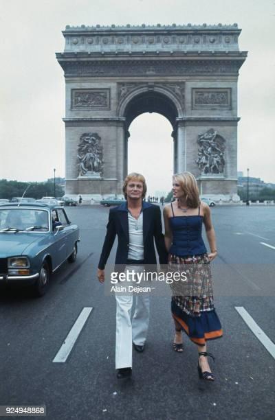 Paris French singer Claude François with his partner Kathalyn Jones on ChampsElysées Avenue
