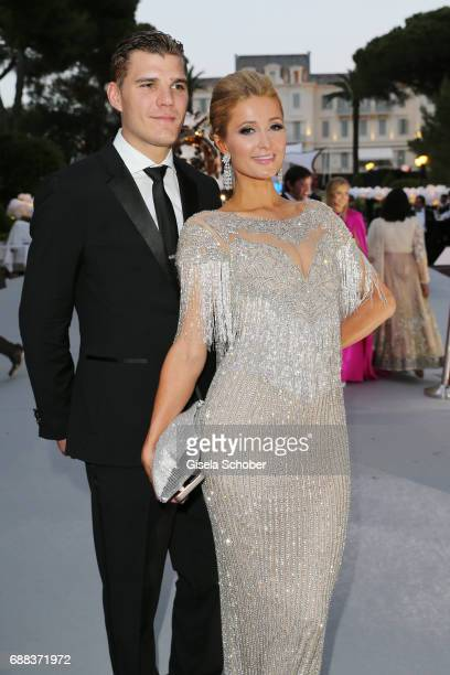 Paris Hilton and Chris Zylka kiss attend the amfAR Gala Cannes 2017 at Hotel du CapEdenRoc on May 25 2017 in Cap d'Antibes France