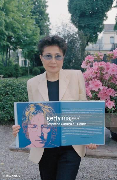 Paris jardin de la Maison de l'Amérique latine Yoko Ono présente son livre Strawberry Fields qui rend hommage à John Lennon décédé en 1980