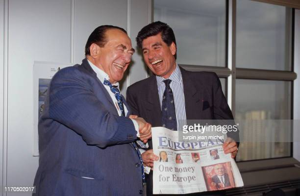 Paris la Défense Présentation du premier numéro du journal The European par Robert Maxwell Ici ce dernier avec le président de Publicis Maurice Levy