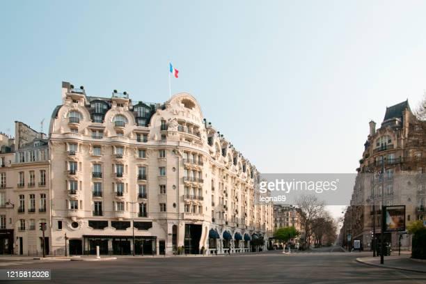パリ : ヨーロッパのパンデミック covid 19 の間にルテティア宮殿と大通りラスパイユが空。 - サンジェルマンデプレ ストックフォトと画像
