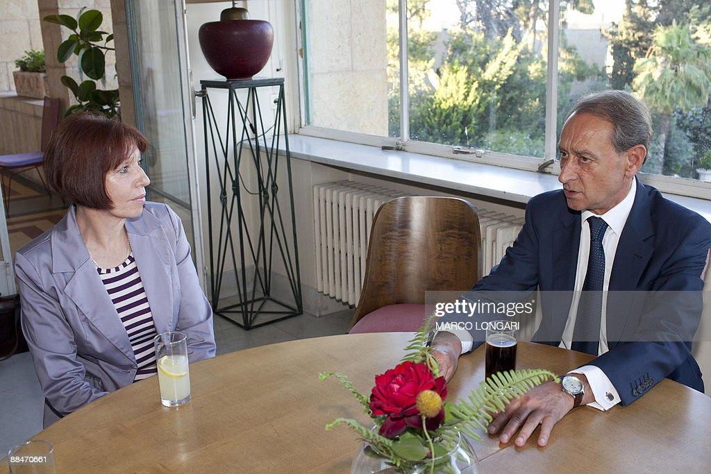 Paris Mayor Bertrand Delanoe (R) meets w : News Photo