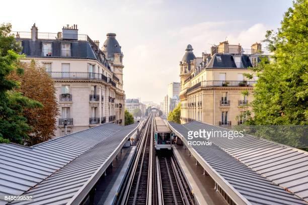 paris metro at passy station - ile de france photos et images de collection