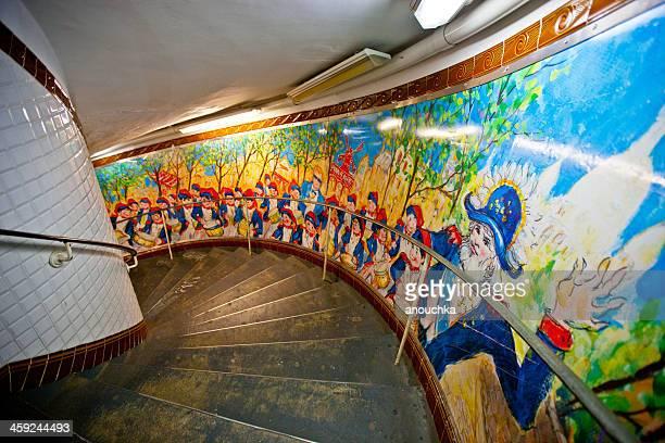 パリ地下鉄 Abbesses 駅: 手描きの壁画とらせん階段