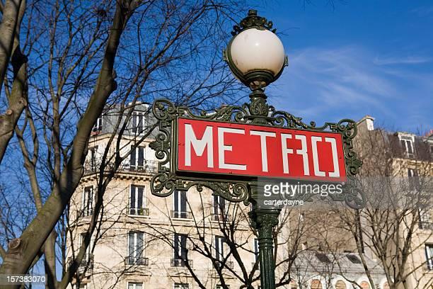 Métro de Paris et de métro et Apartment Building