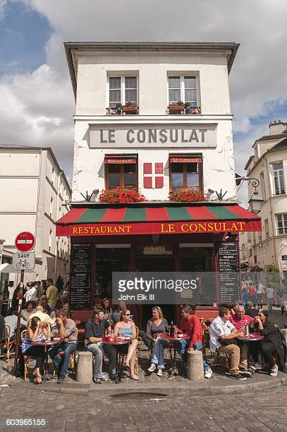 paris, montmarte, le consulat cafe - television show stock pictures, royalty-free photos & images