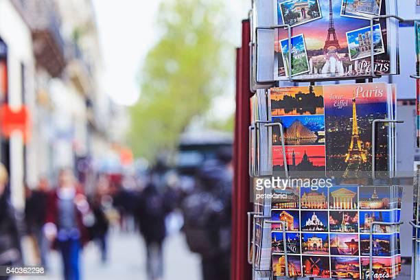ポストカードを販売するパリの通りのギフトショップ - ギフトショップ ストックフォトと画像