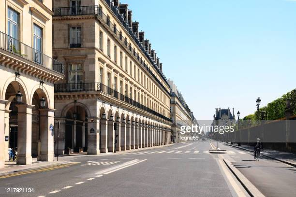 paris : rivoli street is empty during pandemic covid 19 in europe - confined space stock pictures, royalty-free photos & images