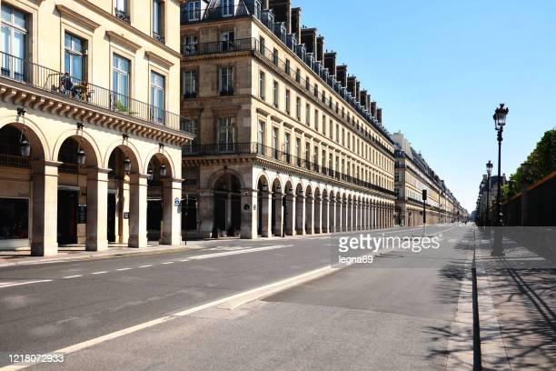 paris : la rue rivoli est vide pendant la pandémie covid 19 en europe - absence photos et images de collection