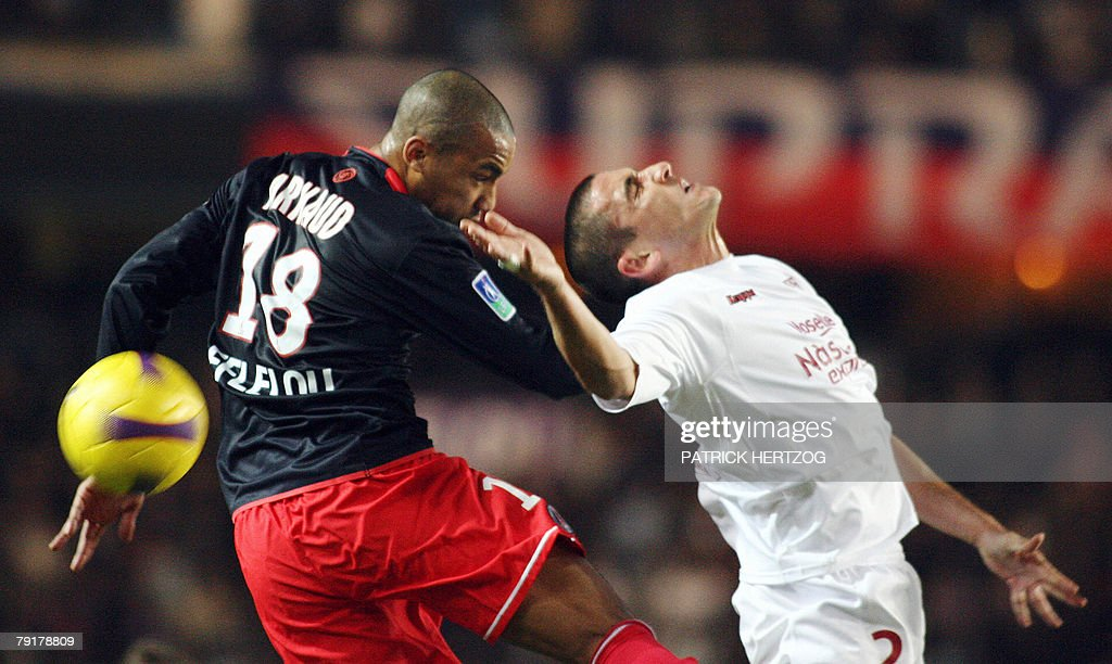 Paris Saint-Germain midfielder Loris Arnaud (L) fights for the ball with Metz defender Eric Cubilier during their French L1 football match at the Parc des Princes in Paris, 23 January 2008.