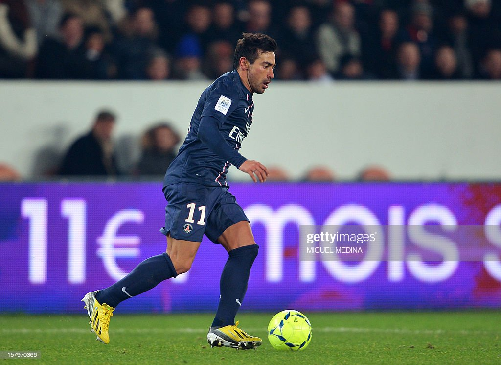 Paris Saint-Germain's Argentine forward Ezequiel Lavezzi controls the ball during the French L1 football match Paris Saint-Germain (PSG) vs Evian Thonon Gaillard (ETGFC) on December 8, 2012 at the Parc des Prince stadium in Paris