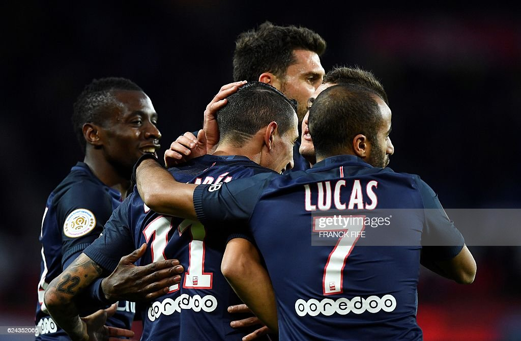 Paris Saint-Germain's Argentinian forward Angel Di Maria (C) is congratuled by teammates after scoring a goal during the French L1 football match between Paris Saint-Germain and Nantes at the Parc des Princes stadium in Paris on November 19, 2016. / AFP / FRANCK