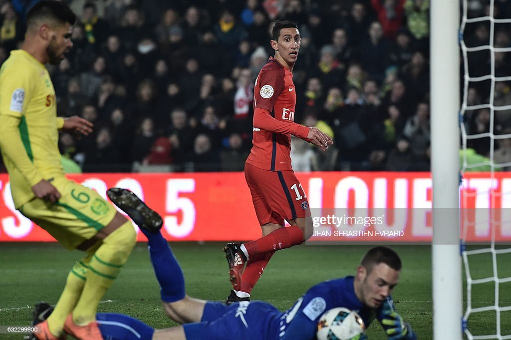 Paris Saint-Germain's Argentinian forward Angel Di Maria (rear C) tries to score a goal during the French L1 football match between Nantes and Paris Saint-Germain on January 21, 2017 at the Beaujoire stadium of Nantes, western France. / AFP / JEAN