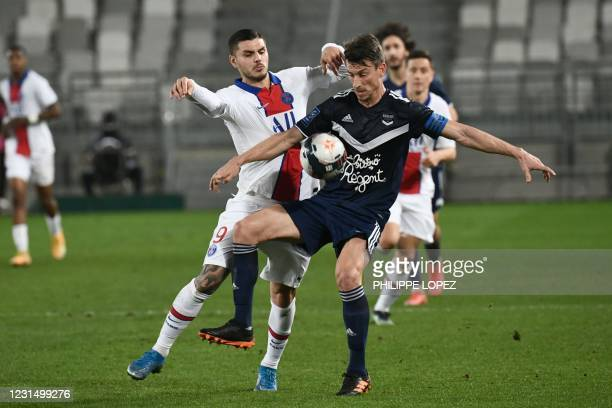 Paris Saint-Germain's Argentinian forward Mauro Icardi fights for the ball with Bordeaux's French defender Laurent Koscielny during the French L1...
