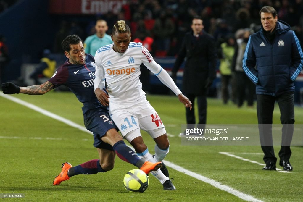 Paris Saint-Germain's Brazilian defender Dani Alves (L) vies with Marseille's Cameroonian forward Clinton Mua Njie, next to Marseille's French head coach Rudi Garcia (R) during the French L1 football match between Paris Saint-Germain (PSG) and Marseille (OM) at the Parc des Princes in Paris on February 25, 2018. /