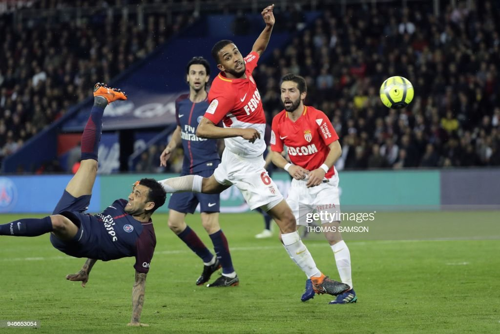 Paris Saint-Germain's Brazilian defender Daniel Alves (L) scissor kicks the ball next to Monaco's Brazilian defender Jorge (C) during the French L1 football match between Paris Saint-Germain (PSG) and Monaco (ASM) on April 15, 2018, at the Parc des Princes stadium in Paris. / AFP PHOTO / Thomas Samson