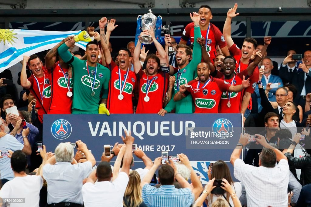 TOPSHOT - Paris Saint-Germain's Brazilian defender Maxwell (C) holds the trophy as he celebrates winning the French Cup final football match between Paris Saint-Germain (PSG) and Angers (SCO) on May 27, 2017, at the Stade de France in Saint-Denis, north of Paris. / AFP PHOTO / Thomas Samson