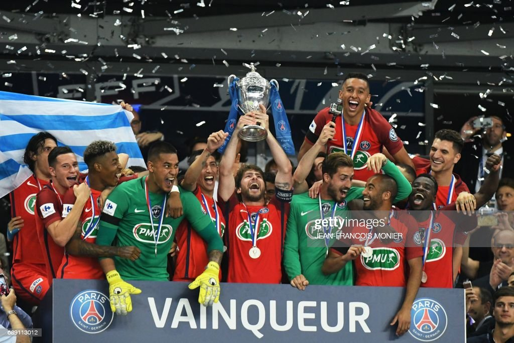 TOPSHOT - Paris Saint-Germain's Brazilian defender Maxwell (C) holds the trophy as he celebrates with teammate after winning the French Cup final football match between Paris Saint-Germain (PSG) and Angers (SCO) on May 27, 2017, at the Stade de France in Saint-Denis, north of Paris. / AFP PHOTO / Jean-Francois MONIER