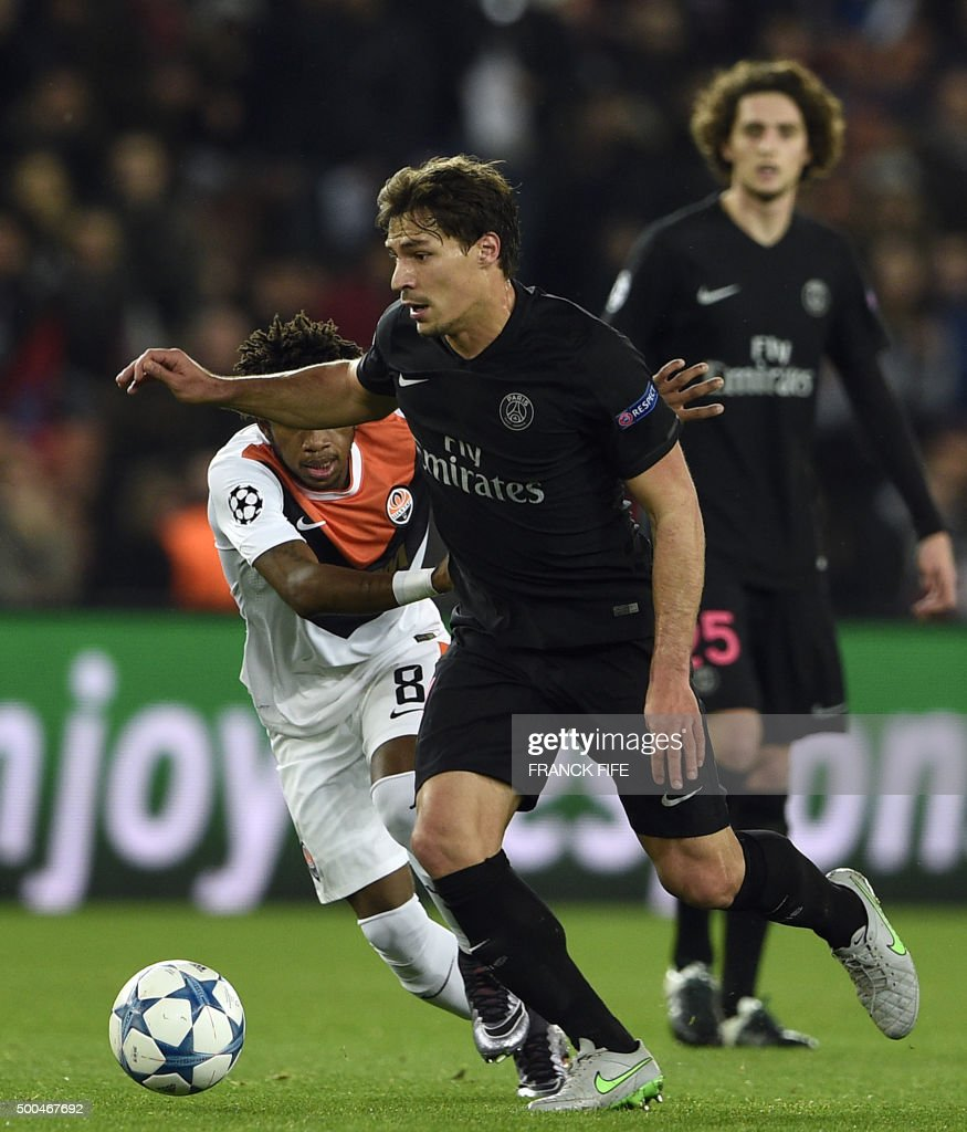Paris Saint-Germain's Brazilian defender Maxwell (C) vies with Shakhtar Donetsk's Brazilian midfielder Fred (L) during the UEFA Champions League Group A football match between Paris-Saint-Germain and Shakhtar Donetsk on December 8, 2015 at the Parc des Princes stadium in Paris. AFP PHOTO / FRANCK FIFE / AFP PHOTO / Franck FIFE