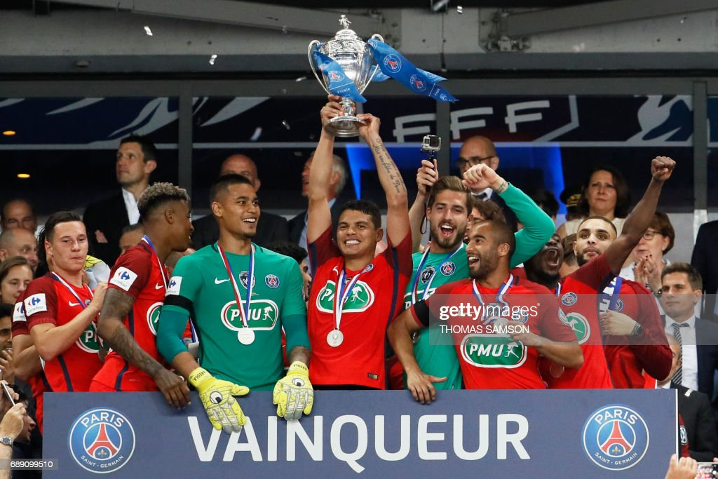 TOPSHOT - Paris Saint-Germain's Brazilian defender Thiago Silva (C) celebrates with the trophy after winning the French Cup final football match between Paris Saint-Germain (PSG) and Angers (SCO) on May 27, 2017, at the Stade de France in Saint-Denis, north of Paris. / AFP PHOTO / Thomas Samson