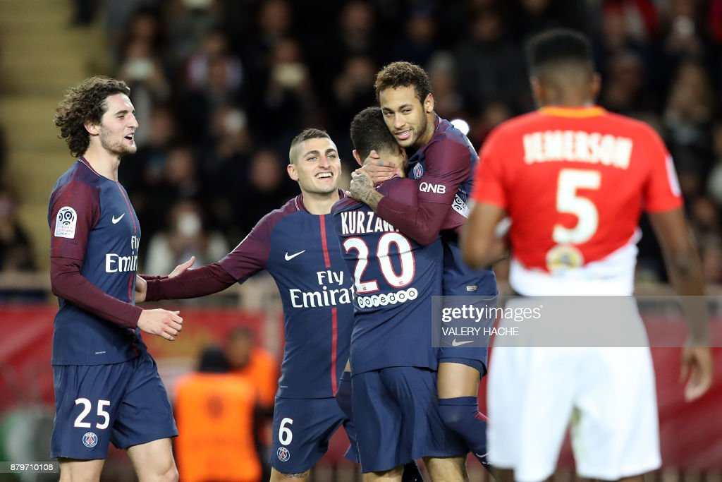 TOPSHOT - Paris Saint-Germain's Brazilian forward Neymar (2nd R) celebrates with Paris Saint-Germain's French defender Layvin Kurzawa (C), Paris Saint-Germain's Italian midfielder Marco Verratti (2nd L) and Paris Saint-Germain's French midfielder Adrien Rabiot (L) after scoring a penalty kick during the French L1 football match between Monaco and Paris Saint-Germain (PSG) at the Louis II stadium, in Monaco, on November 26, 2017. / AFP PHOTO / Valery HACHE