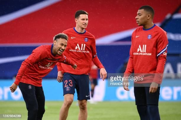 Paris Saint-Germain's Brazilian forward Neymar jokes with Paris Saint-Germain's German midfielder Julian Draxler and Paris Saint-Germain's French...