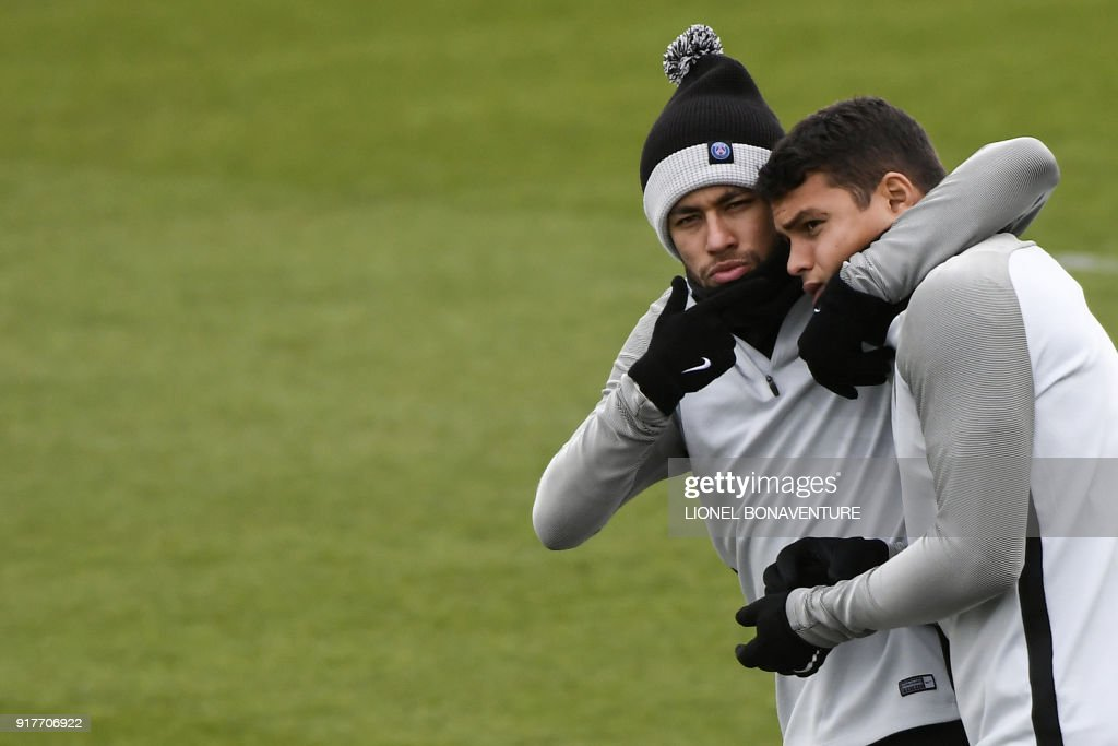 Paris Saint-Germain's Brazilian forward Neymar Jr (L) jokes with Paris Saint-Germain's Brazilian defender Thiago Silva during a training session at in Saint-Germain-en-Laye, on February 13, 2018 on the eve of the Champions' League football match against Real Madrid. / AFP PHOTO / Lionel BONAVENTURE