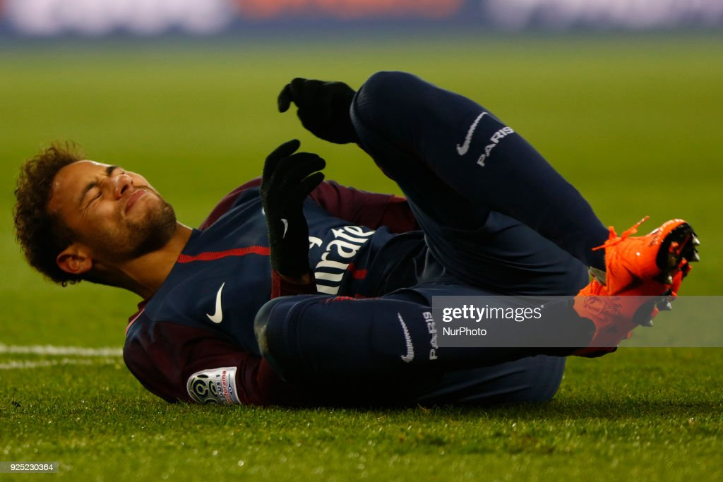 Injury PSG's Brazilian forward Neymar Jr : News Photo
