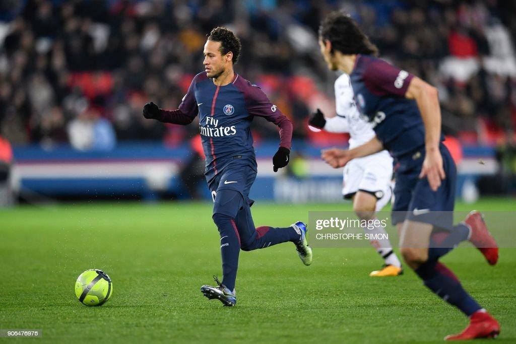 Paris Saint-Germain's Brazilian forward Neymar runs with the ball during the French L1 football match between Paris Saint-Germain and Dijon on January 17, 2018 at the Parc des Princes stadium in Paris. / AFP PHOTO / Christophe SIMON