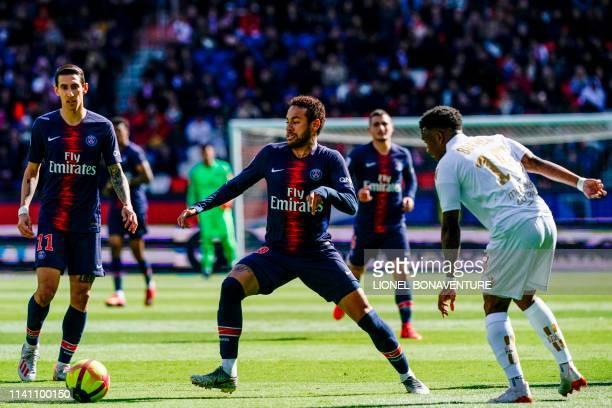 Paris SaintGermain's Brazilian forward Neymar vies for the ball next to Paris SaintGermain's Argentine midfielder Angel Di Maria and Nice's French...