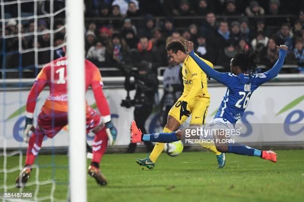 Paris SaintGermain's Brazilian forward Neymar vies for the ball with Strasbourg's Burkinabe defender Bakary Kone during the French L1 football match...