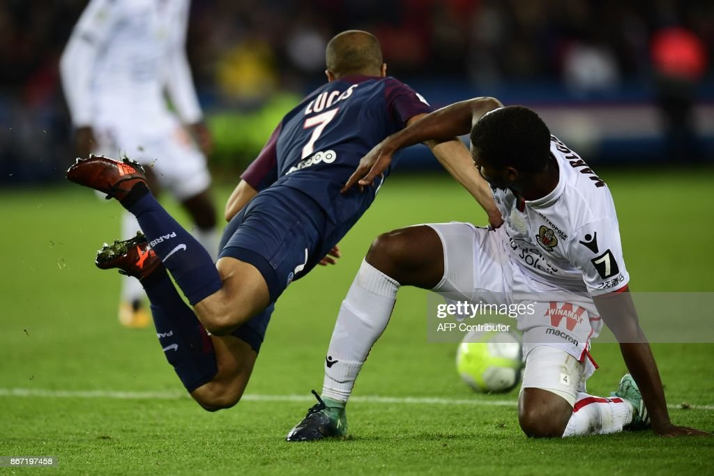 Paris Saint-Germain's Brazilian midifelder Lucas (L) vies with Nice's Brazilian defender Santos Marlon during the French L1 football match between Paris Saint-Germain (PSG) and Nice (OGC Nice) on October 27, 2017, at the Parc des Princes stadium in Paris. / AFP PHOTO / Martin BUREAU