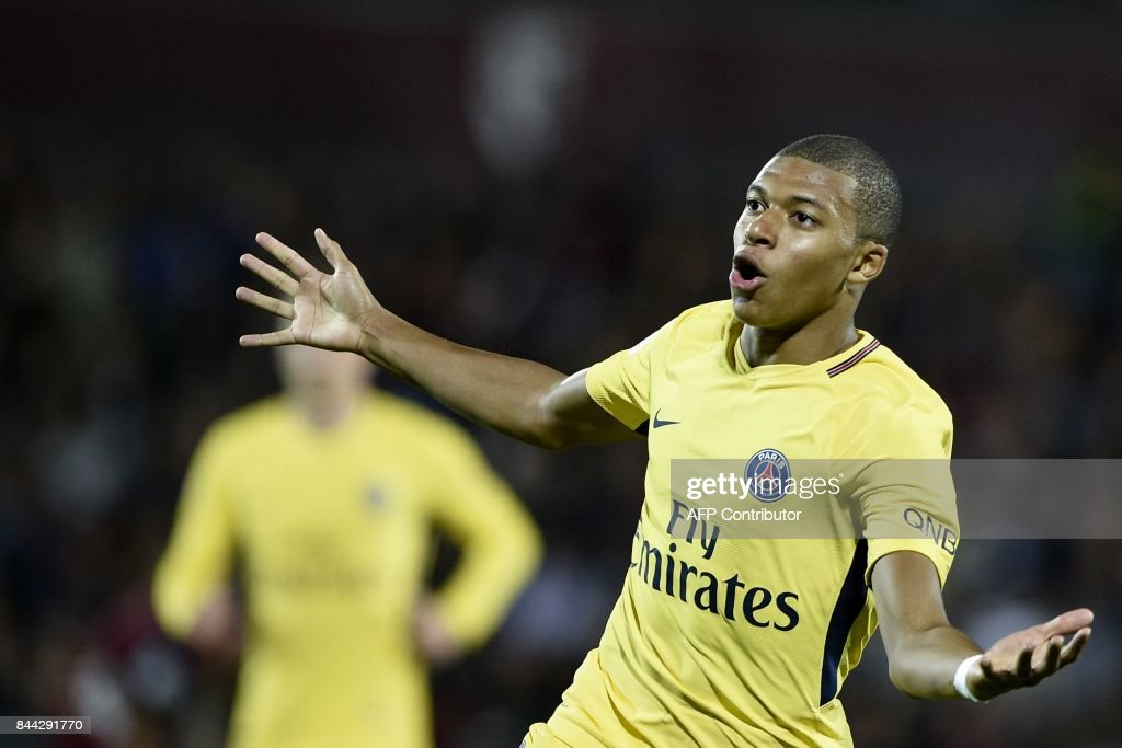 TOPSHOT - Paris Saint-Germain's French forward Kylian Mbappe celebrates after scoring during the French L1 football match between Metz (FCM) and Paris Saint-Germain (PSG) on September 8, 2017 at the Saint-Symphorien stadium in Longeville-les-Metz, northeastern France. / AFP PHOTO / Jean-Christophe VERHAEGEN
