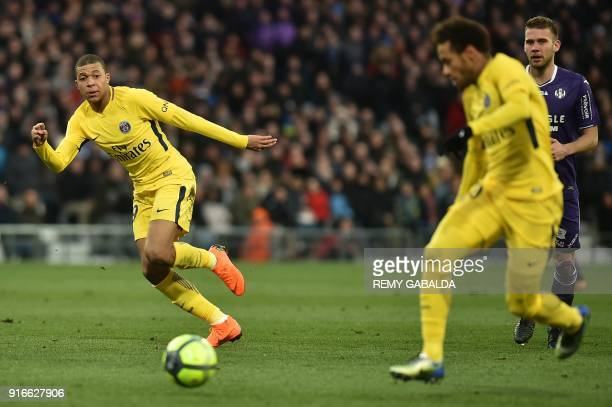 Paris SaintGermain's French forward Kylian Mbappe runs next to Paris SaintGermain's Brazilian forward Neymar Jr during the French L1 football match...
