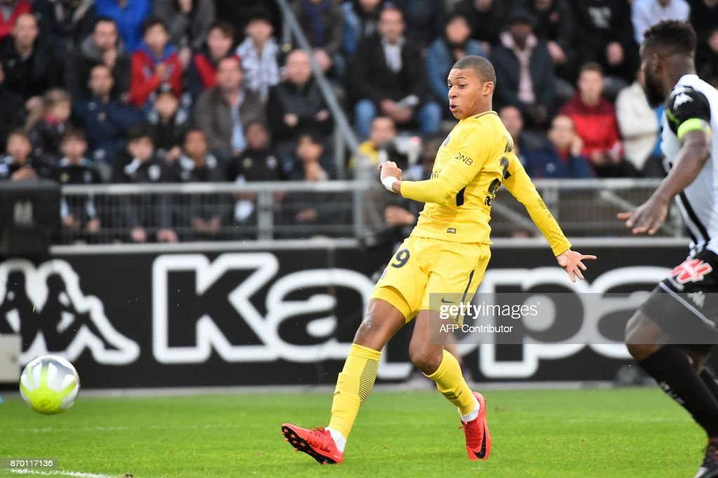 Paris Saint-Germain's French forward Kylian Mbappe (L) scores a goal during the French L1 football match between Angers (SCO) and Paris Saint-Germain (PSG), on November 4, 2017, at Raymond-Kopa Stadium, in Angers, northwestern France. / AFP PHOTO / Jean-François MONIER
