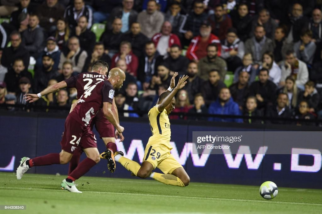 Paris Saint-Germain's French forward Kylian Mbappe (R) vies with Metz's Luxembourgian defender Chris Philipps (L) and Metz's French midfielder Renaud Cohade (2ndL) during the French L1 football match between Metz (FCM) and Paris Saint-Germain (PSG) on September 8, 2017 at the Saint-Symphorien stadium in Longeville-les-Metz, northeastern France. / AFP PHOTO / Jean-Christophe VERHAEGEN
