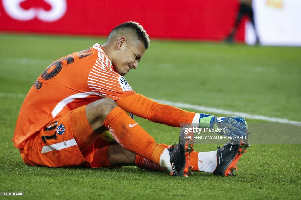 Paris Saint-Germain's French goalkeeper Alphonse Areola suffers from cramp during the French L1 football match between Paris Saint-Germain (PSG) and Marseille (OM) at the Parc des Princes in Paris on February 25, 2018. /
