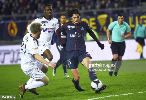 Paris SaintGermain's French midfielder Adrien Rabiot vies for the ball with Amiens' French defender Julien Ielsch and Amiens' Beninese defender...